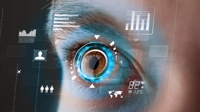 Zukünftige Frau mit Cyber-Technologie Augenpanel-Konzept
